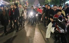 Hà Nội: Đêm giao thừa, ô tô, xe máy chiếm trọn vỉa hè, lòng đường dành riêng cho người đi bộ