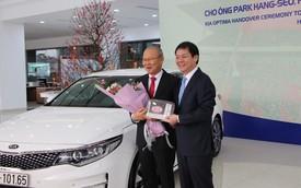THACO trao xe Kia Optima trị giá gần 920 triệu đồng cho HLV Park Hang-seo