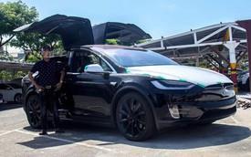 [Video] Tesla Model X tung cánh, nháy đèn theo nhịp nhạc tại Việt Nam