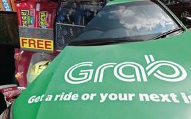 Tài xế Grab mở quầy tạp hoá trong xe Toyota Yaris, phát miễn phí từ bánh, kẹo đến bao cao su