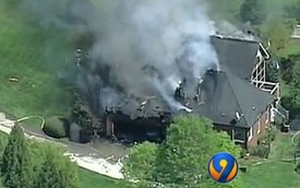 BMW đang đỗ tự nhiên bốc cháy, thiêu rụi cả ngôi nhà