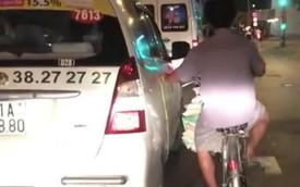 Tp.HCM: Người đàn ông thản nhiên bám xe taxi đi suốt một đoạn đường dài vì lười đạp xe