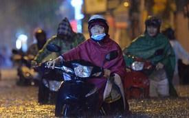 Mưa lớn kéo dài khiến đường phố Hà Nội hóa thành sông, nhiều người khốn đốn vì xe chết máy