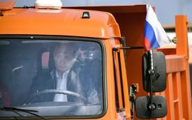 Tổng thống Putin đích thân lái xe tải thông cầu nối giữa Nga và Crimea