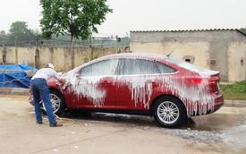 Tranh luận trái chiều: Rửa xe phun nước hay phun bọt trước?