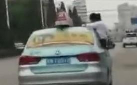 Chuyện trớ trêu: Tài xế taxi bị đuổi việc, thu bằng lái vì để con gái làm bài tập về nhà trên nóc ô tô đang chạy