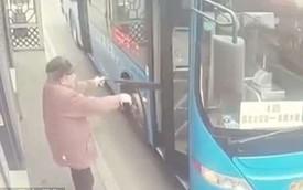 Tranh cãi gay gắt về vụ ông lão gặp nạn khi cố mở cửa xe buýt bằng ô