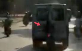 Clip: Thanh niên liều lĩnh bám sát đuôi ô tô để tránh nắng