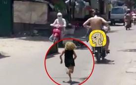 Hà Nội: Cô gái lớn tiếng chửi bới đuổi theo thanh niên trần như nhộng ngồi sau xe máy không rõ nguyên nhân