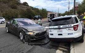 Tesla Model S đâm xe cảnh sát khi tự lái