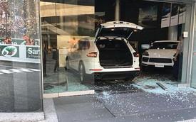Nhận thiếu phụ kiện, khách hàng đâm thẳng xe Porsche vào đại lý