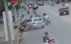 """Clip: Ô tô """"điên"""" hất tung người đi xe máy trên đường phố Biên Hòa"""
