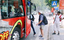 """""""Đìu hiu"""" khách Việt nhưng xe buýt 2 tầng ở Hà Nội vẫn khiến nhiều khách nước ngoài xếp hàng dài mua vé trải nghiệm"""