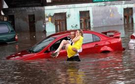Soái ca giải cứu 2 cô gái mắc kẹt trong xe bị ngập nước ở thành phố diễn ra World Cup