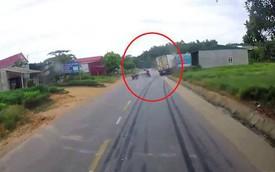 Clip: Cú đánh lái của tài xế container cứu chàng trai thoát tai nạn thảm khốc trong gang tấc