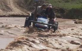 Mắc kẹt trên máy kéo giữa dòng nước lũ chảy xiết, cặp vợ chồng ngăn đội cứu hộ vì quá nguy hiểm