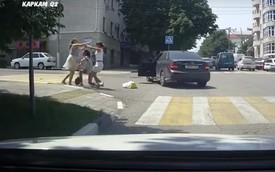 Bấm còi sát tai người đi bộ, người đẹp lái Mercedes bị túm tóc, quật ngã xuống đường