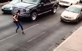 Clip: Qua đường vội vã khi đi giày cao gót, cô gái trẻ suýt mất mạng vì cú trượt chân