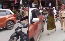 Thách thức CSGT, người phụ nữ đỗ xe chắn ngang đường không cho ai đi