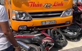 Bình Dương: Ô tô khách cuốn hàng loạt xe máy đang chờ đèn đỏ vào gầm, nhiều người bị thương nặng