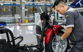Ảnh cận cảnh quy trình lắp ráp một chiếc xe máy điện của VinFast