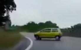 """CLIP: Màn leo bờ """"siêu chuẩn"""", giữ thăng bằng ngay sau 2 giây của ô tô"""