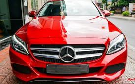 Mercedes-Benz C200 chạy 4.700km treo giá ngang Toyota Camry