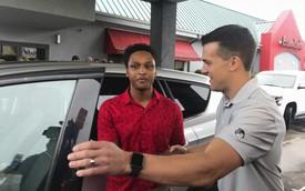 Cuốc bộ 32 km xuyên đêm tới chỗ làm, chàng trai trẻ được sếp tặng Ford Escape 2014 như món quà khích lệ