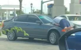 Clip: Chống cự quyết liệt, chủ xe BMW tông thẳng kẻ truy đuổi mình