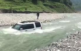 Tiếc tiền rửa xe, tài xế lái Land Rover xuống suối đang chảy siết và nhận cái kết đắng