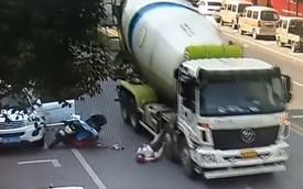 Clip: Nhờ mũ bảo hiểm, người phụ nữ thoát chết thần kỳ dù bị xe chở bê tông chèn qua đầu