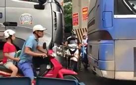 Khe hẹp giữa phố và sự vội vã đáng trách của người đi đường