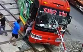 Tài xế xe khách nói gì về khoảnh khắc tông gãy rào chắn khi tàu hỏa lao tới?