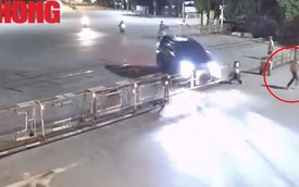 Clip: Xế hộp mất lái húc văng rào chắn đường tàu, nhân viên gác tháo chạy thoát thân trong gang tấc