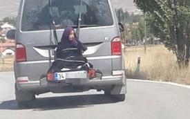 Clip: Hết chỗ, người phụ nữ bị buộc ở đuôi xe như món hàng