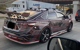 Dân chơi mang Toyota độ sặc sỡ đi chạy Uber