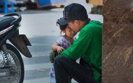 """Chỉ với một khoảnh khắc giản dị và khiêm nhường, bức ảnh """"ông bố xe ôm và con gái"""" đã khiến cộng đồng MXH tan chảy"""