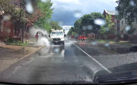 Cố tình phóng nhanh tạt nước vào người đi đường, tài xế Ford Transit nhận cái kết đắng