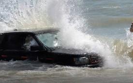 Range Rover chết đứng giữa biển nước