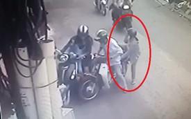 Cặp đôi bỗng chặn đầu xe chạy bên cạnh, hãy chú ý hành động của người phụ nữ ngồi sau!