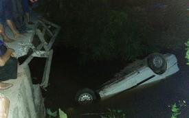 Ninh Bình: Tài xế giơ 2 ngón tay cầu cứu trong chiếc xe chìm nghỉm dưới sông