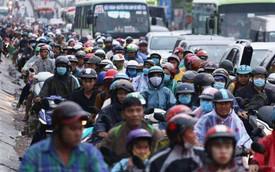 Người dân đội mưa ùn ùn trở về Sài Gòn sau kỳ nghỉ lễ Quốc khánh, cửa ngõ phía Tây ùn tắc kéo dài