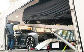 Chùm ảnh: Cận cảnh 2 xe VinFast được vận chuyển tới Paris Motor Show