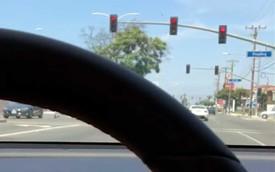 Model 3 tự lái vượt đèn đỏ như đi dạo, Tesla lại bị chỉ trích