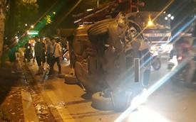 Tránh xe máy, BMW X5 toác đầu, lật ngang giữa đêm tại Hà Nội
