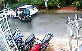 Clip: Mở cửa ô tô thiếu quan sát, nữ tài xế khiến một gia đình đi xe máy ngã lộn nhào