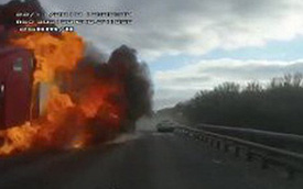 Video: Ô tô con văng bánh, lao vào làn đường ngược chiều làm xe tải phát nổ