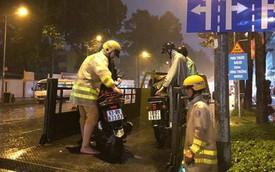 Hàng loạt xe chết máy giữa cơn mưa như trút nước ở Sài Gòn, CSGT phải dùng xe chuyên dụng cứu hộ