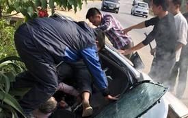Nửa xe Ford Ecosport bị miệng cống 'nuốt' trọn, người dân vội vã lôi tài xế ra ngoài