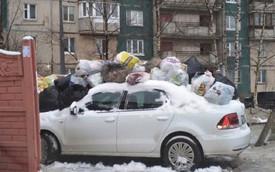 Đỗ ô tô chắn đường đi đổ rác, tài xế bị người dân ném rác ngập cả nóc xe